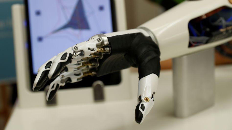 Prothesen auch, aber nicht nur, für Menschen mit Handicap: Ottobock will auch Arbeitern am Fließband mit einer Art Kraftanzug buchstäblich unter die Arme greifen