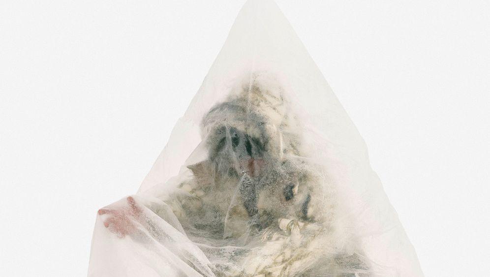"""Die Serie """"Ice Fishers"""" des kirgisischen Fotografen Aleksey Kondratyev zeigt Arbeitsplätze der besonderen Art - die von Eisanglern auf dem Fluss Ischim in Kasachstan. Bei Kondratyevs ersten Aufnahmen war es so kalt, dass die Batterien seiner Kamera einfroren. Die Angler nutzen Plastiksäcke, um sich vor Wind und Wetter zu schützen. Die warme Atemluft bleibt in den Säcken und hilft gegen die Kälte. """"Diese Angler improvisieren und passen sich auf raffinierte Weise an die Umgebung an"""", sagt Kondratyev, der in Los Angeles lebt."""