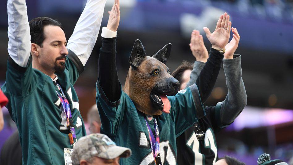 Fans der Philadelphia Eagles feiern ihren Underdog-Status mit Hundemasken