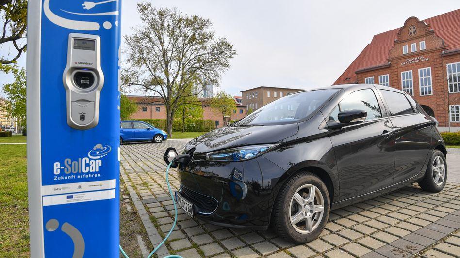 Elektroauto beim Stromtanken: Das Wirrwarr an Ladesäulenbetreibern und Preismodellen macht E-Auto-Fahrern das Leben schwer