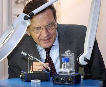 In jedem Manne steckt ein Tüftler - Kanzler Schröder bei seinem Rundgang auf der Industrie-Messe 2002
