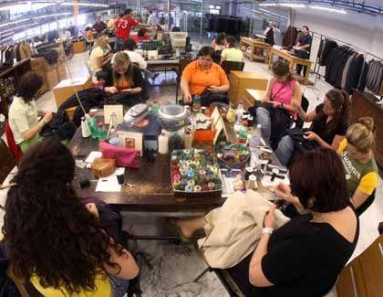 Handarbeit: In den Ateliers der italienischen Luxushäuser wird wieder mit Nadel und Faden genäht