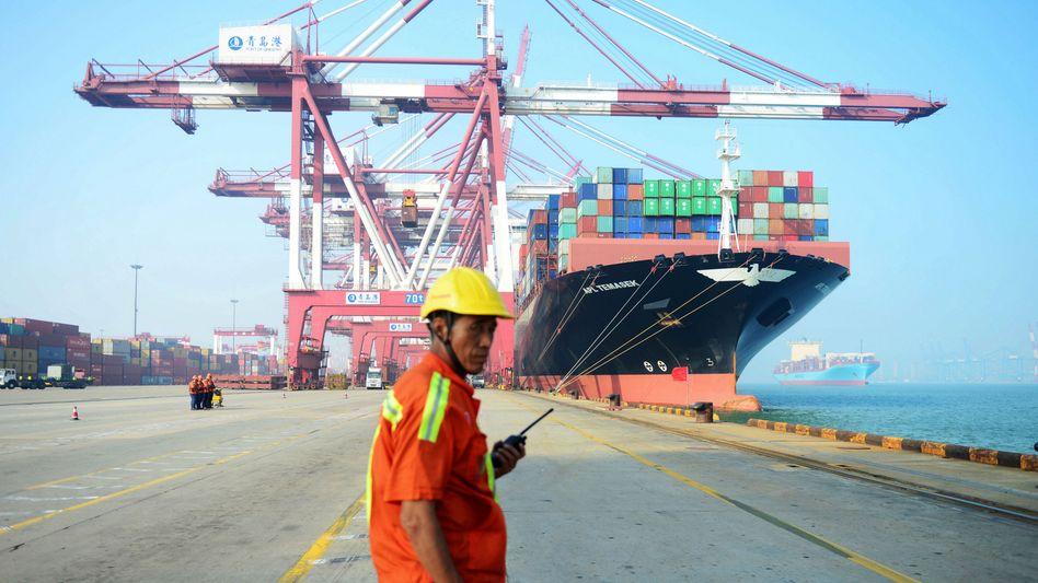 Hafen in Qingdao: Von April bis Juni exportierten deutsche Unternehmen Waren im Wert von 23 Milliarden Euro nach China - mehr als in jedes andere Land der Welt