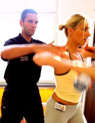 Der strenge Trainer: Die Schülerin wird auf die richtige Haltung überprüft