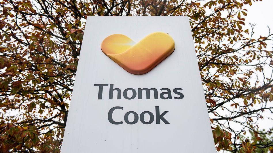 Logo des Reisekonzerns Thomas Cook vor der Zentrale des deutschen Ablegers