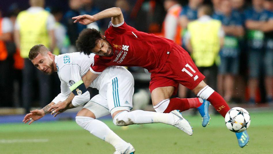 König der Foulspieler: Sergio Ramos mit seinem ersten Opfer Mohamed Salah. Später versetzte Ramos Liverpools Torhüter Karius noch einen Ellenbogenschlag, Karius erlitt eine Gehirnerschütterung