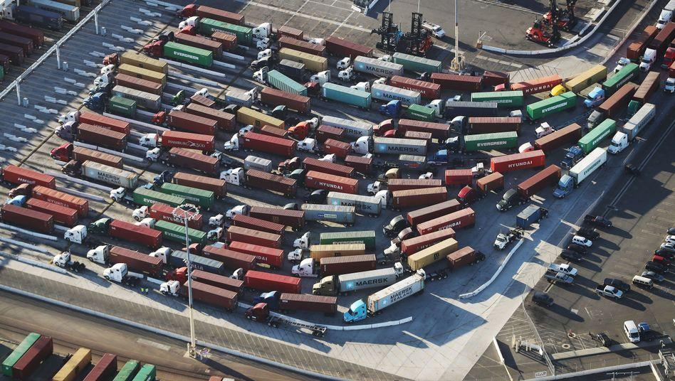 Container aus China im Hafen von Los Angeles: Strafzölle laut WTO nicht rechtens - doch Trump kann es egal sein