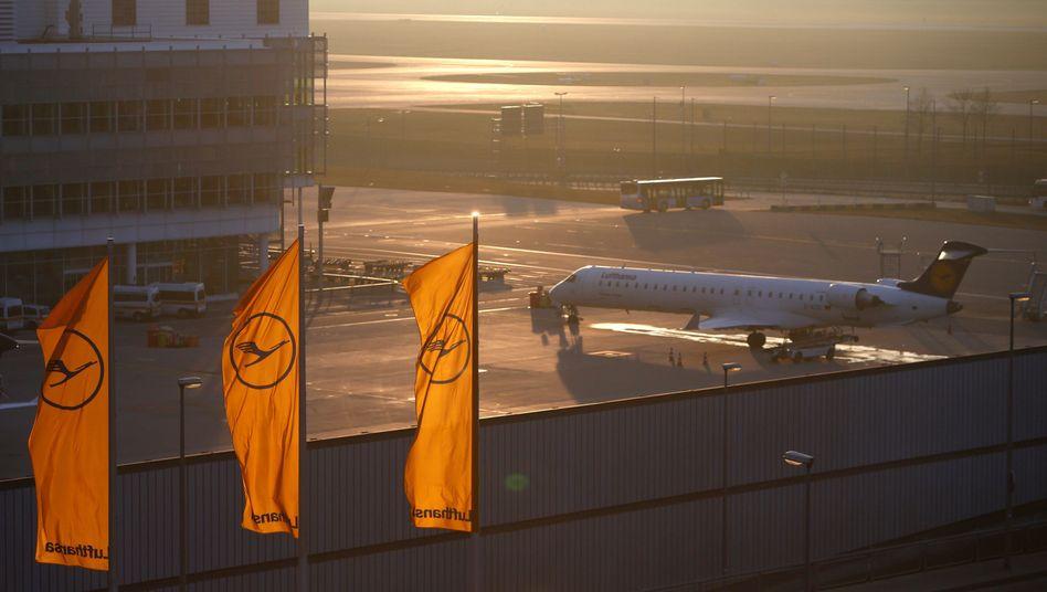 Lufthansa-Maschine auf dem Flughafen München: Die Airline streicht wegen der Coronavirus-Krise die Dividende und nimmt zusätzliche Kredite auf - das missfällt den Anlegern