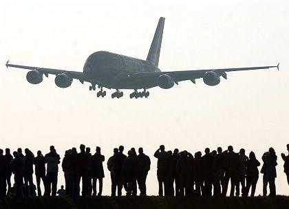 Hamburg-Finkenwerder: Ein Großraum-Airbus A380 setzt über den Köpfen der Airbus-Mitarbeiter auf dem Werksflugplatz zur Landung an. Nach Konzernplänen sollen allein am Standort Hamburg 2317 Stellen wegfallen