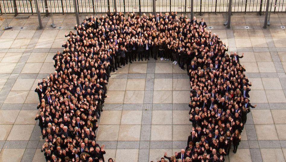 Null und wichtig: Mitarbeiter des Bundesfinanzministeriums im Vorhof desselben anlässlich eines Abschiedsgrußes für Wolfgang Schäuble.