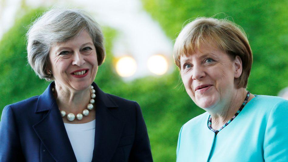 Seit Kurzem auf Augenhöhe: Großbritanniens neue Premierministerin May (l.) und Kanzlerin Merkel