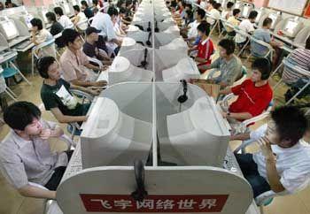 Online setzt sich durch: Internet-Cafe in Peking