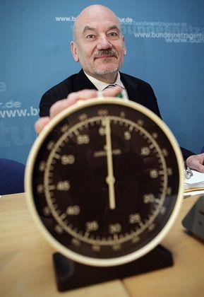 Auktion beendet: Der Präsident der Bundesnetzagentur, Matthias Kurth, musste sich diesmal mit deutlich weniger Geld zufrieden geben