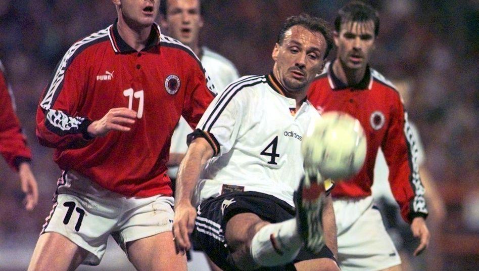 Verlässlichkeit und Wetkampfhärte: Das machte lange den deutschen Fußball aus. Im Bild Jürgen Kohler (Mitte), Archetyp des Wühlers