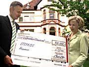Exzellente Beziehungen: Michael Frenzel überreicht der Gattin seines Parteifreundes Gerhard Schröder einen Scheck für wohltätige Zwecke