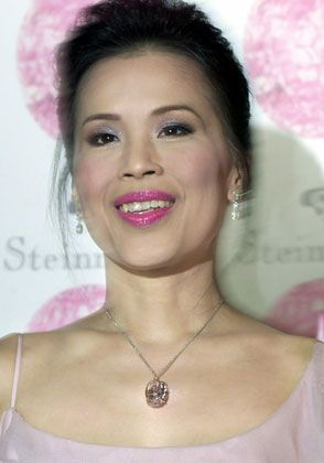 """Thai-Prinzessin Ubol Ratana trägt eine Kette mit dem 59.60 Karat-Diamanten """"Steinmetz Pink"""", einem pinken Edelstein im Besitz der Steinmetz-Gruppe. Der Diamant wurde in Südafrika entdeckt, seine Bearbeitung nahm 20 Monate in Anspruch. Er gilt als der größte pinke Diamant der Welt."""