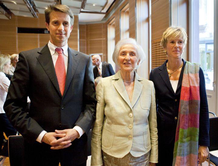 Abgetaucht: Einige Jahre nach dem Tod ihrer Mutter Johanna Quandt (Mitte) gaben ihre Kinder Stefan Quandt und Susanne Klatten ihre Beteiligung an BMW ab