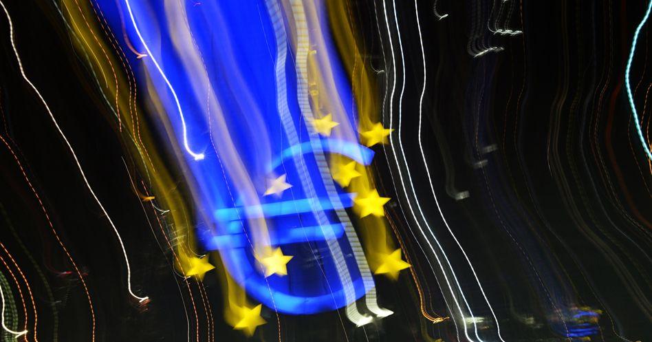 """Die Euro-Logo in Frankfurt am Main: """"Besorgnis erregende Konjunkturschwäche im April"""""""