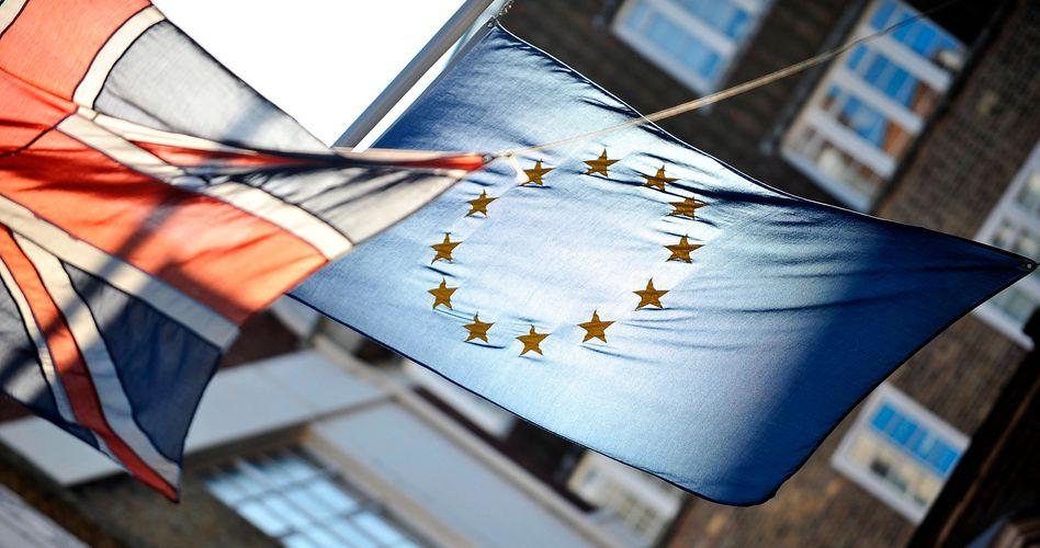 Flaggen von Großbritannien und der EU: Der britische Premierminister Cameron gerät nach seinem Nein zur Fiskalunion auch zu Hause unter Druck