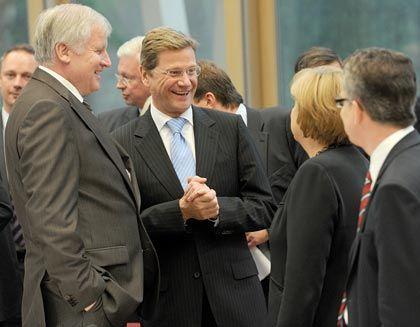 Koalitionsverhandlungen in Berlin: Die Parteichefs Seehofer und Westerwelle müssen mit Kanzlerin Merkel die Verträge unterzeichnen