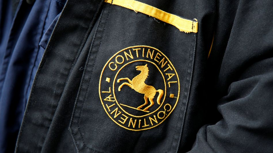 Firmenlogo an der Jacke eines Mitarbeiters von Continental
