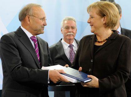 Gegen Steuersenkungen: Wolfgang Franz übergibt Bundeskanzlerin Merkel das Gutachten der Wirtschaftsweisen