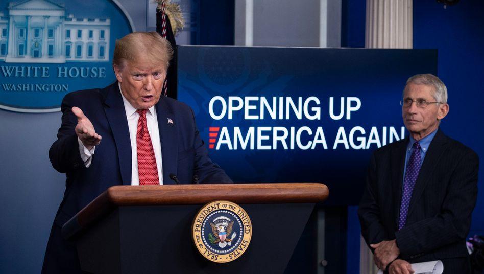 Donald Trump stellt am späten Donnerstagabend den Drei-Stufen-Plan vor, wie die USA die in der Corona-Krise verhängten Beschränkungen lockern wollen. An seiner Seite Anthony S. Fauci, Direktor des National Institute of Allergy and Infectious Diseases , ein Pendant zu unserem Robert Koch-Institut.