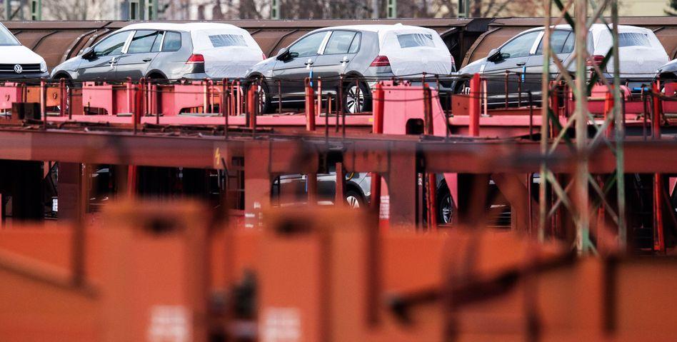 Transformation der Industrie: VW Golf auf einem Güterzug.