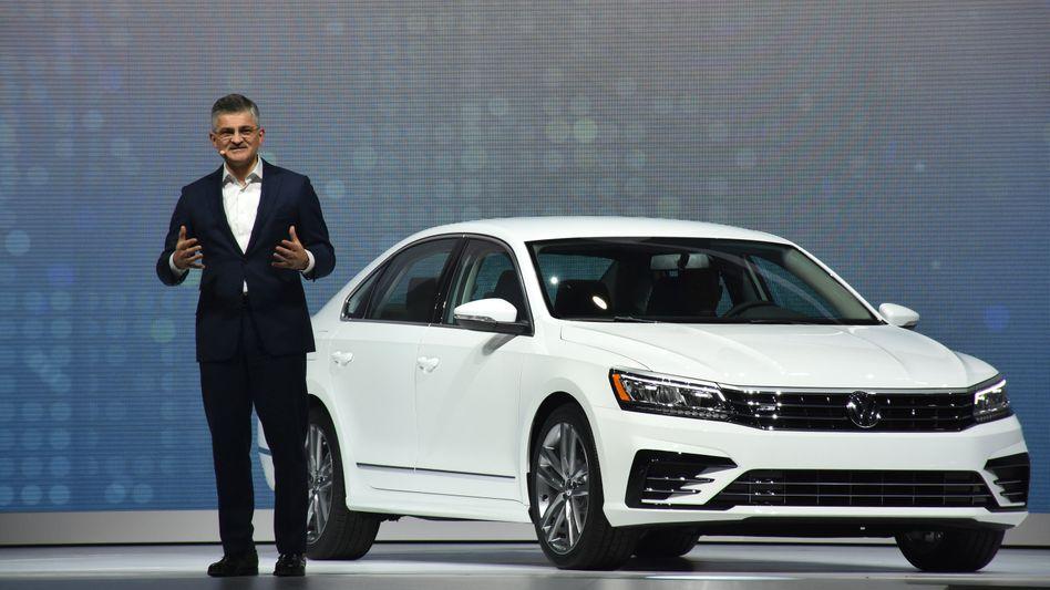Mitte September stellte VW-USA-Chef Michael Horn den überarbeiteten US-Passat vor - jetzt muss er vor US-Abgeordneten zu Kreuz kriechen