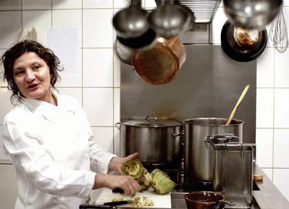 Eiserne Lady:Mit Ehrgeiz und Zähigkeit hat sich die Sizilianerin Anna Sgroi in Hamburg einen Platz in der ersten Reihe des Frauenwunders in deutschen Spitzenküchen erkocht.