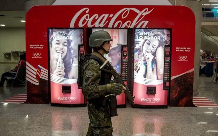 Traditionsreicher Sponsor: Coca-Cola-Werbung mit olympischen Ringen am Flughafen von Rio