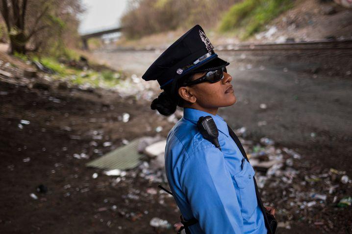 """Philadelphia: Ein Polizistin sichert unter einer Eisenbahnbrücke die Überreste eines """"Heroin Camps"""". Die Drogensucht hat über die Einstiegsdroge Oxycontin weite Teile der US-Bevölkerung erfasst"""