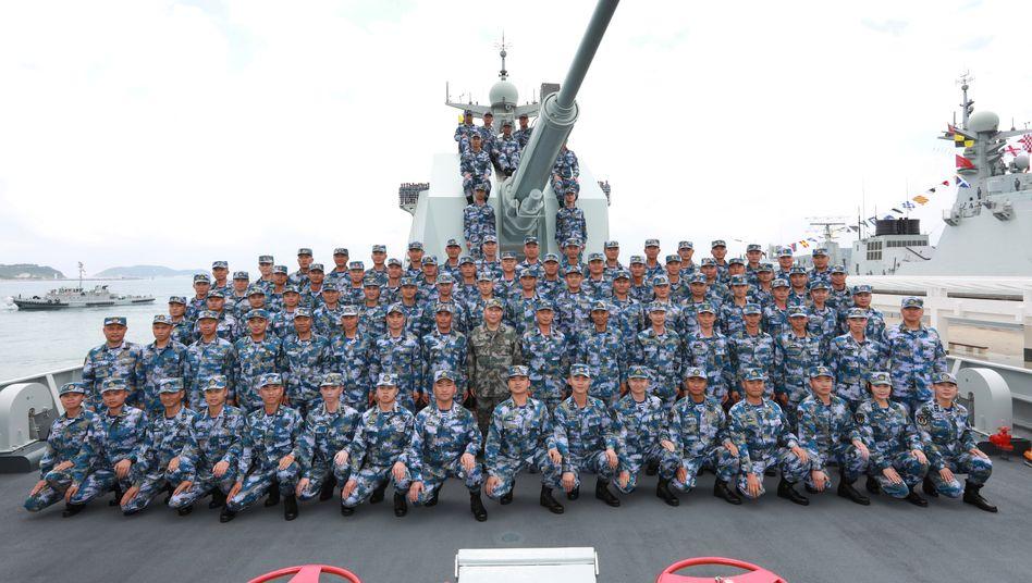 Chinas Präsident Xi Jinping (mittig, in grün) auf dem Zerstörer Changsha