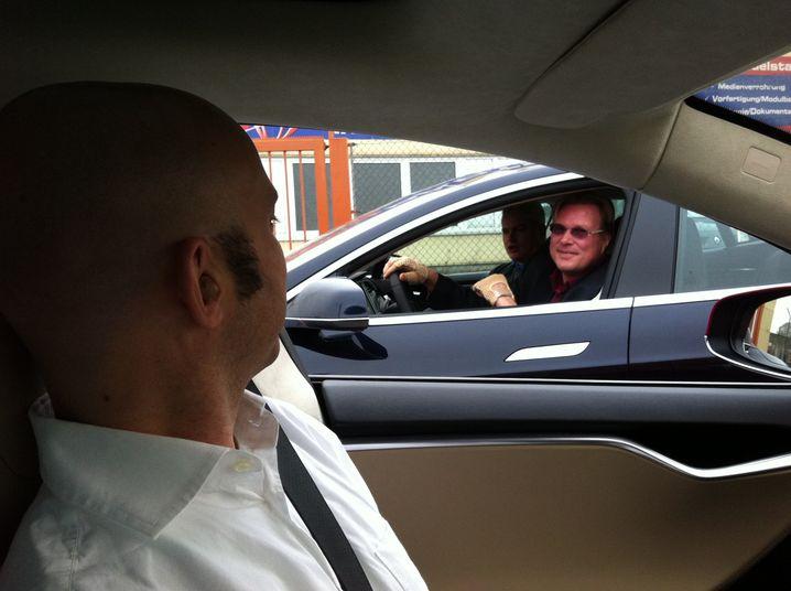 Tesla-Fahrer unter sich. Die beiden Herren wollen von München nach Stuttgart und zurück und kommen gerade von der Ladesäule in Jettingen-Scheppach.