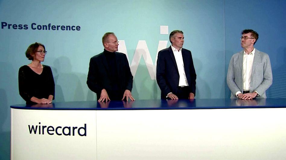 Susanne Steidl (l.) und Alexander von Knoop (2. v. r.) zusammen mit Ex-CEO Markus Braun (2. v. l.) und dem neu ernannten Chef James Freis (r.) Anfang Juli