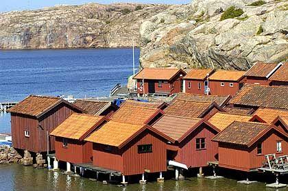 Bootshäuser auf Insel Stora Korn: In der Schärenlandschaft der Region Bohuslän ist Fortbewegung auf dem Wasser selbstverständlich