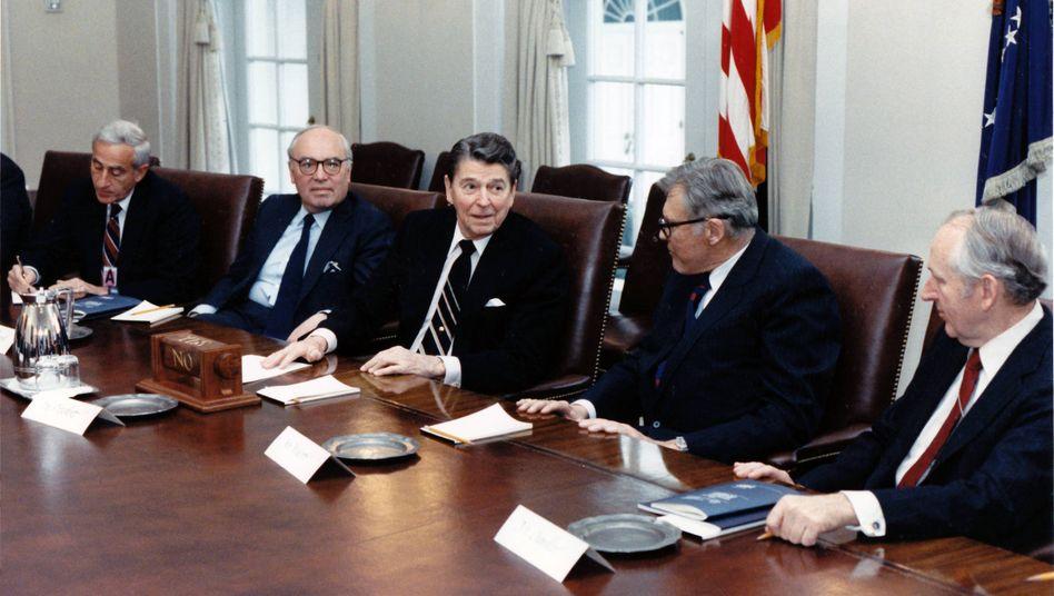 Der König der Wall Street trifft den Präsidenten der USA: John Gutfreund (Mitte) mit Ronald Reagan, 1988