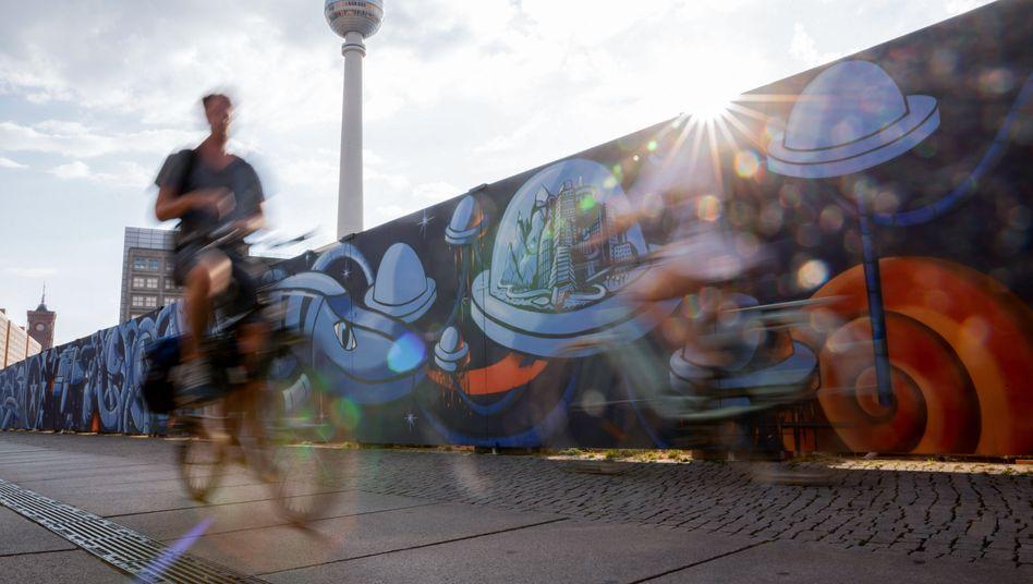 """Solide Ausbeute: 3,9 Prozent Dividendenrendite bietet Covivio auf aktuellem Niveau. Im Bild das von dem Immobilienunternehmen initiierte Kunstprojekt """"A - FENCE"""" in Berlin."""