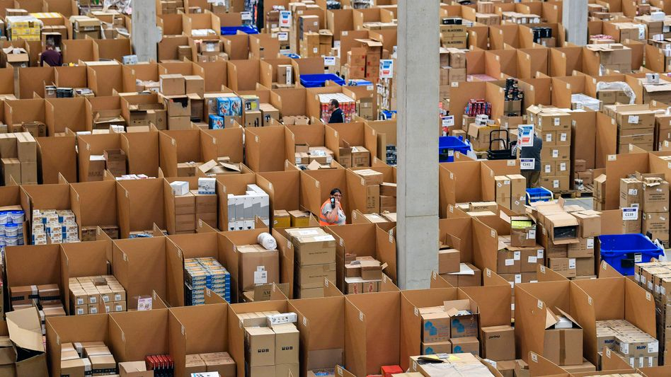 Amazon-Logistikzentrum in Rheinberg: Mitarbeiter nicht nur in diesem Zentrum müssen zur Adventszeit am Sonntag nicht arbeiten, entschied das OVG Münster. Wegen der grundsätzlichen Bedeutung lässt das Gericht Revision zum Bundesverwaltungsgericht in Leipzig zu.