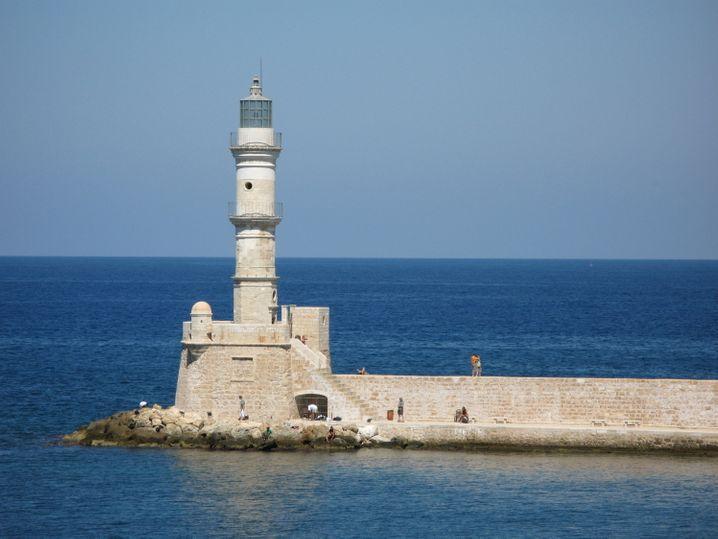 Urlaub in Griechenland: Ein Leuchtturm an der Hafenpromenade von Chania auf Kreta
