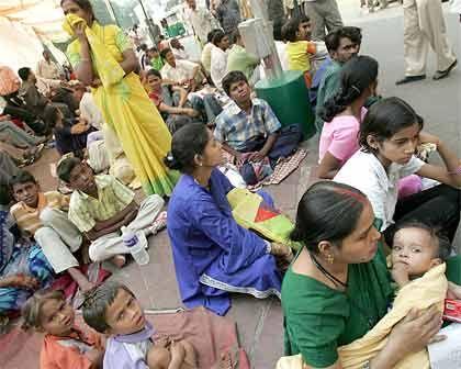 Menschen in Neu Delhi: Adäquaten Wohnraum gibt es nur für die Hälfte der 16 Millionen Einwohner, die andere drängt sich in Slums und ungenehmigten Siedlungen. Jetzt steigt die Münchener Rück bei dem größten Wohnungsbaufinanzierer Indiens ein.