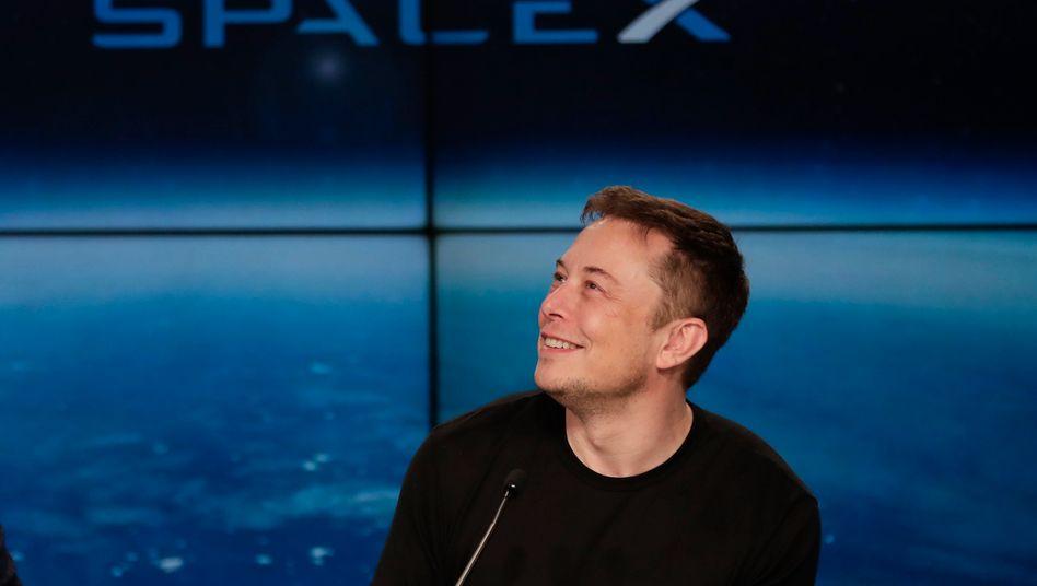 Probleme, welche Probleme? Elon Musk weiß die Aktionäre nach einem mehr als verdoppelten Quartalsverlust einmal mehr wieder einzufangen