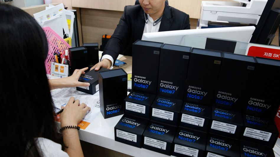 Austausch: Ein Kunde bekommt bei Samsung in Südkorea ein neues Galaxy Note 7. Für manche Kunden kamen Aufruf und Warnung vor der möglichen Überhitzung des Akkus offenbar zu spät. Ab sofort können auch Kunden in Deutschland ihr Note7-Gerät tauschen