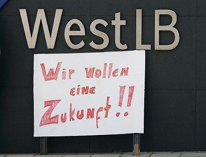 Zukunft vorerst gesichert: Nach dem Rücktritt von WestLB-Chef Hilgert Mitte Mai protestierten Mitarbeiter der Bank