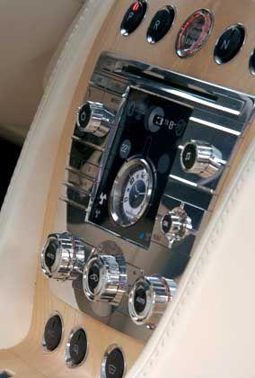 Drehen, drücken, schieben: Die Armaturentafel des Prototyps zeigt, dass Aston Martin keine Design-Experimente wünscht. Die Nobeluhr in der Mitte kann übrigens auch als Taschenchronograf genutzt werden