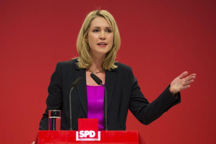 Manuela Schwesig (SPD, 39 Jahre) zählt zu den großen Zukunftshoffnungen der SPD. Jung und selbstbewusst hat sich die stellvertretende Parteivorsitzende hochgearbeitet - und wird jetzt mit dem Familienministerium belohnt. Als Verhandlungsführerin bei den Koalitionsgesprächen musste sie ein paar Kröten schlucken: das ungeliebte Betreuungsgeld bleibt, die völlige Gleichstellung der Homo-Ehe wird es nicht geben