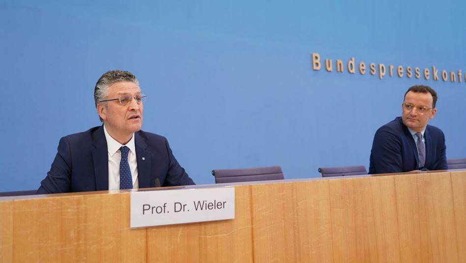 """RKI-Chef Lothar Wieler und Bundesgesundheitsminister Jens Spahn: Stand Freitag, 17. April, waren in Deutschland 9 Prozent der Coronavirus-Tests positiv, rund 3 Prozent der getesteten Fälle versterben. Aber die Ausbruch der Pandemie sei """"beherrschbarer"""" geworden, sagt der Minister."""
