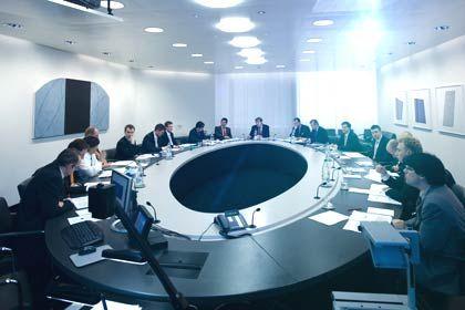 UBS-Chefökonom Klaus Wellershoff (hinten, M.) mit seinem Investmentkomitee bei der allmonatlichen Strategiesitzung. Das Team entscheidet über die Anlage Hunderter Milliarden von Kundengeldern.