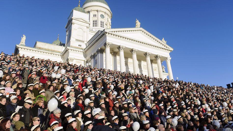 Gleichheit von der Verfassung garantiert: Finnen singen die Nationalhymne vor der Kathedrale von Helsinki