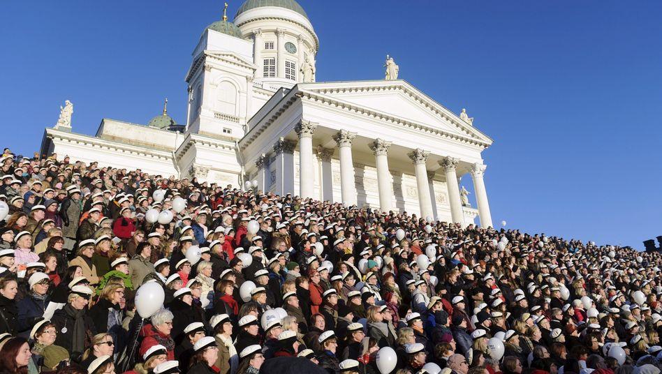 Singende Finnen vor der Kathedrale in Helsinki: Der Staat zahlt testweise 2000 arbeitslosen Probanden ein ein bedingungsloses Grundeinkommen statt Arbeitslosengeld